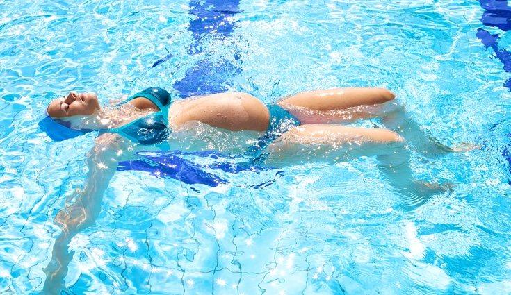 La natación es la mejor actividad física para practicar durante el embarazo