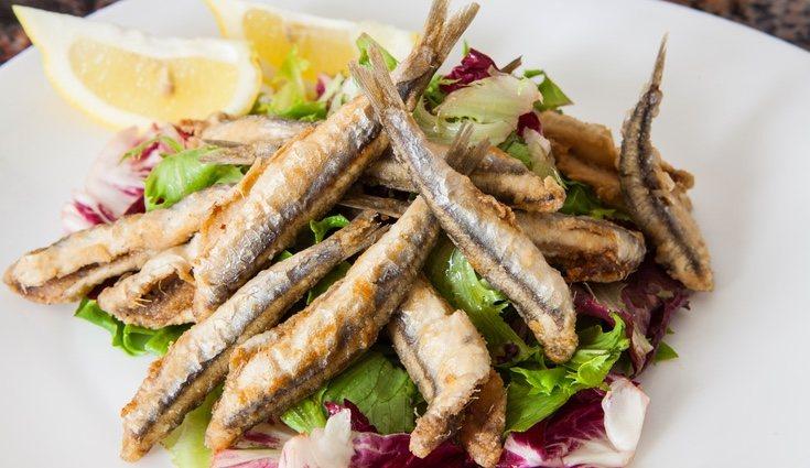 Los pescados pequeños como los boquerones o sardinas suelen tener menor cantidad de mercurio