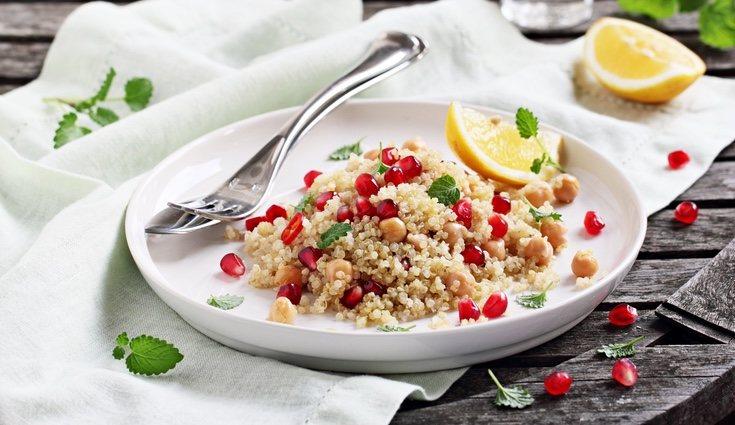La ensalada de garbanzos y quinoa  es una buena opción para el verano