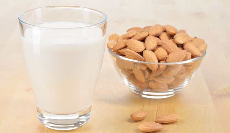 La mejor opción es la leche de almendras