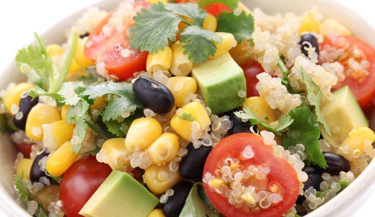 La quinoa suele ser un alimento muy empleado como complemento en las ensaladas, lo que enriquece aún más ese tipo de platos
