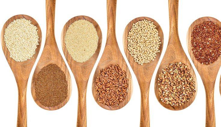 La quinoa tiene diferentes variantes, como la quinoa roja, aunque todas ellas mantienen su bajo contenido calórico y sus efectos nutritivos.