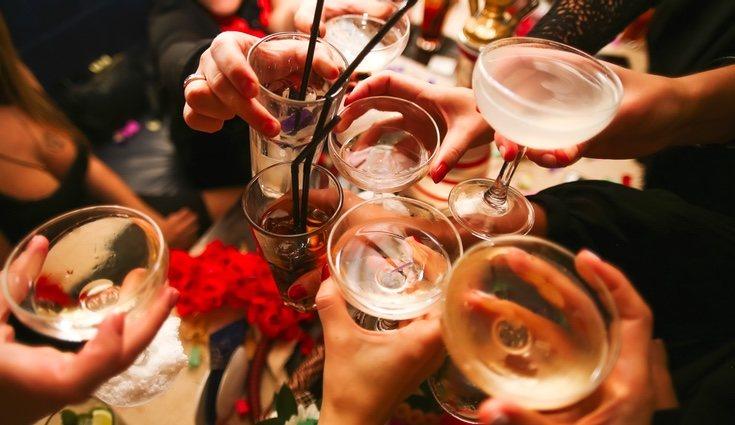 El alcohol siempre es perjudicial, y en la dieta lo único que aporta son calorías vacías