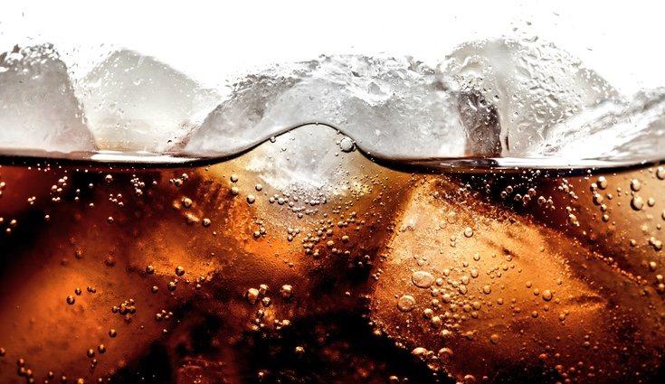 Los refrescos contienen mucho azúcar y aportan muchísimas calorías