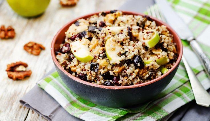 El valor nutricional que posee este alimento es de 143 calorías por 100 gramos de quinoa cocida
