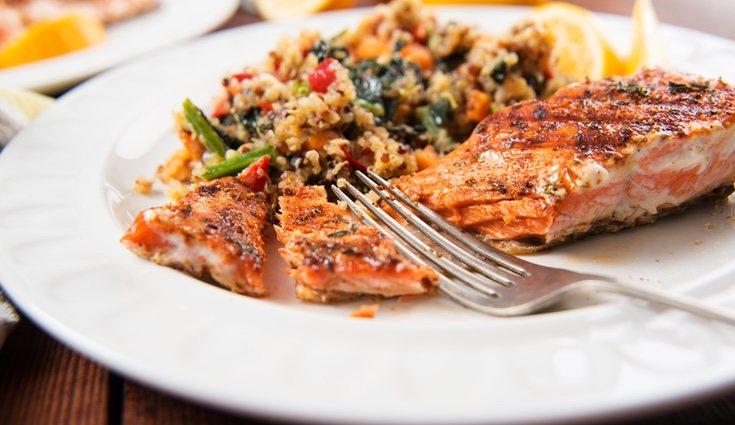 La ensalada de quinoa con salmón es muy fácil de preparar y en pocos pasos