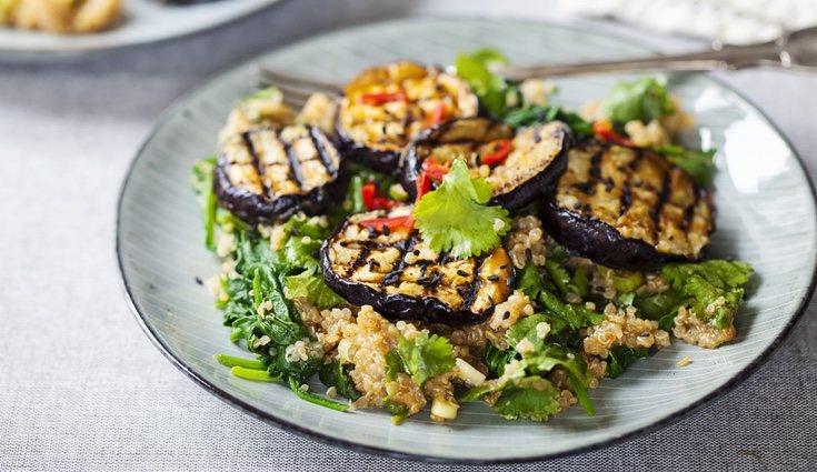 La berenjena rellena de quinoa y gambas se presenta acompñada de la cáscara de la hortaliza