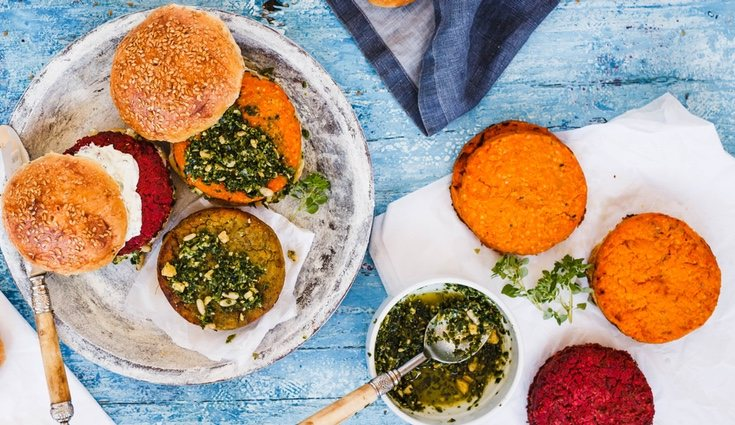 Las hamburguesas que quinoa se ha convertido en un plato muy popular entre la gente joven