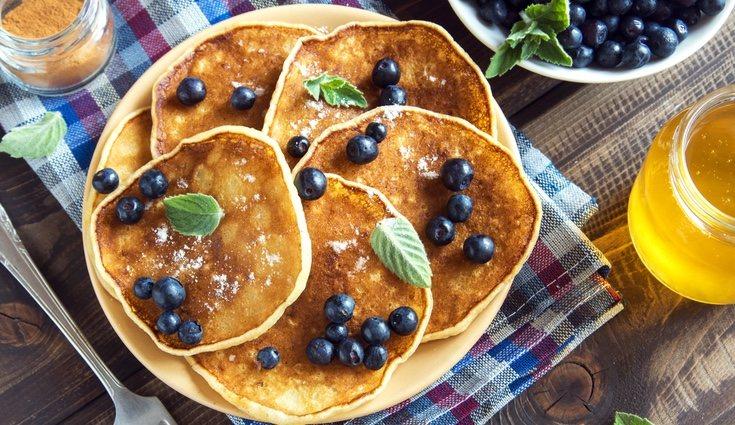 Las tortitas de avena pueden acompañarse de sirope de agave o frutas