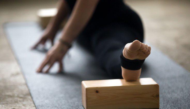 El Iyengar yoga corrige la postura de la columna vertebral