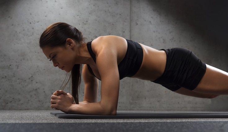 La plancha es un ejercicio en el que se refuerza la zona abdominal interior
