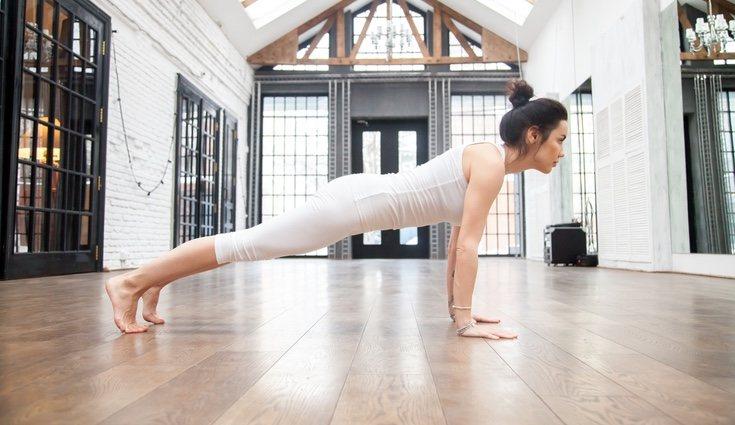 Flexiones de brazos: repetir este ejercicio hasta 15 veces