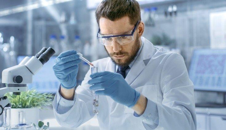 El líquido puede ser analizado en el laboratorio si el médico lo considera necesario
