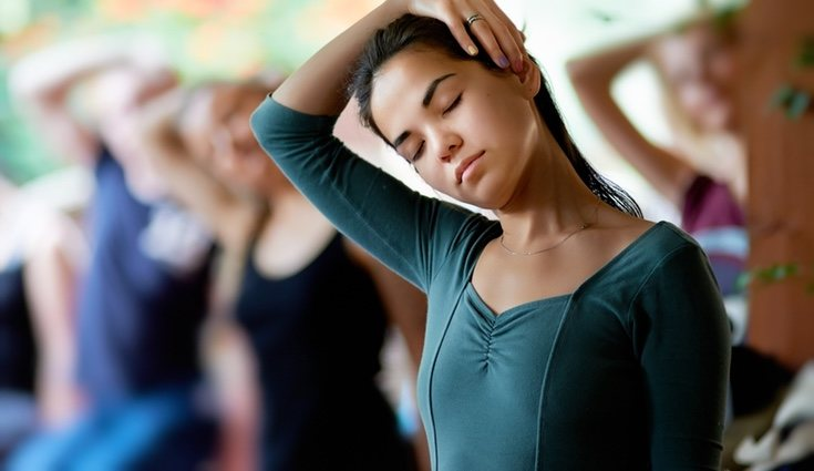 Ladear la cabeza de un lado a otro con movimientos leves previene lesiones