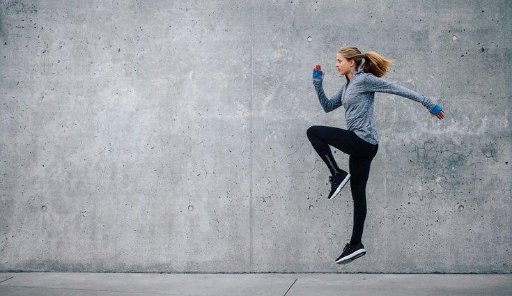 Otra forma de realizar el skipping: subir las rodillas hasta la altura de la cadera