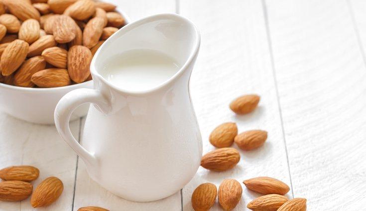 La leche de almendras es la que menos te hará engordar