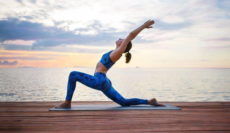 La postura de luna creciente ayuda a mantener una postura corporal correcta