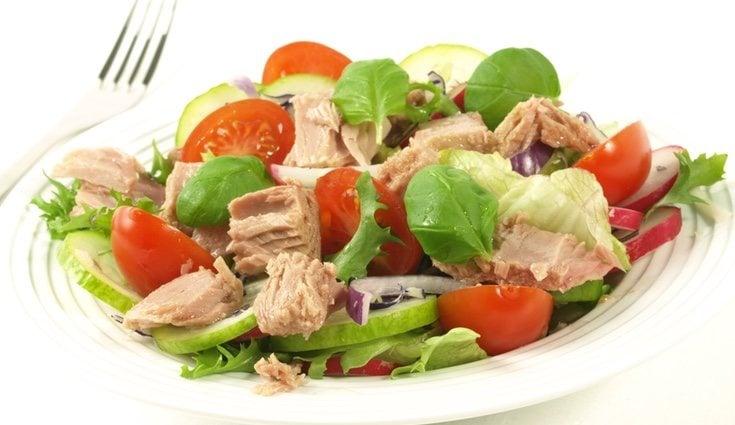 El atún es un alimento que puedes combinar de condimento tanto en ensaladas como en cualquier tipo de plato