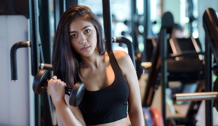 rutina ejercicios hombros gimnasio