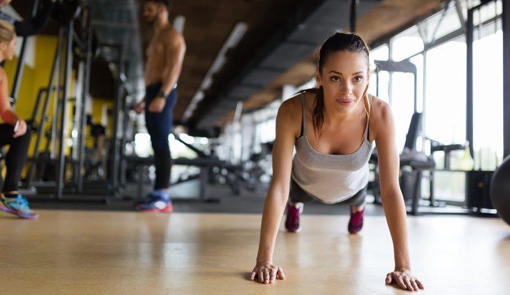 Hay varios tipos de plancha que incluyen los ejercicios por parejas