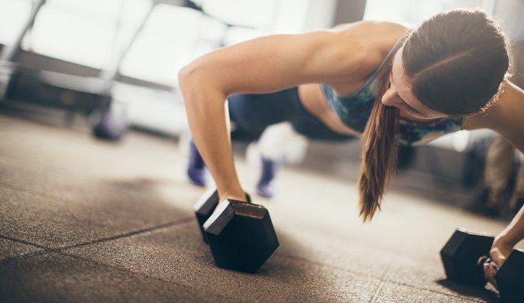 Puedes realizar flexiones convencionales con mancuernas