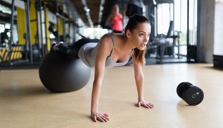 Para saber si hacemos bien el ejercicio de plancha es necesario mantener el cuerpo en línea recta