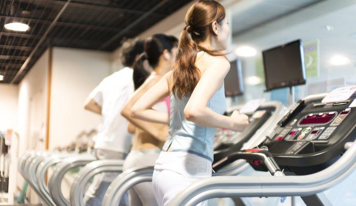 Al realizar el entrenamiento en un gimansio siempre podemos pedir ayuda de un profesional