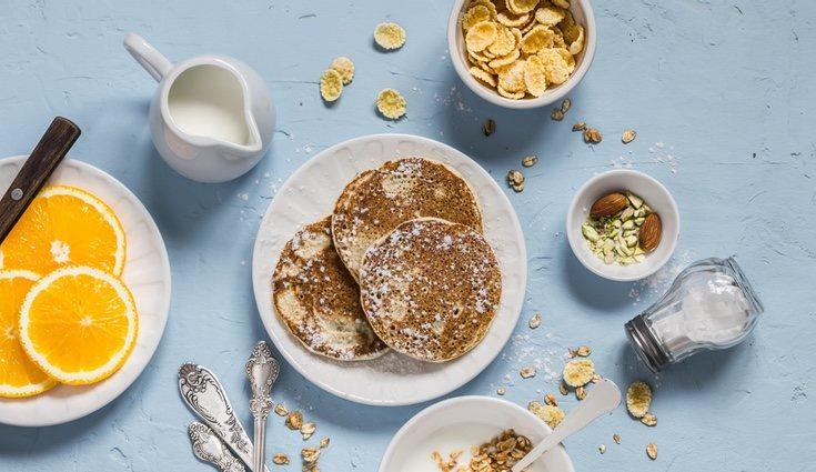 Las tortitas de avena pueden ser cocinadas con sirope de arce y frutas