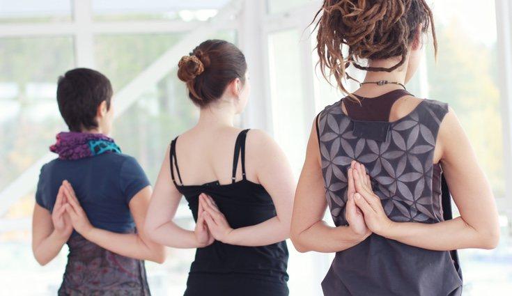 Gracias a las posiciones que realizamos durante el yoga aliviaremos el dolor de espalada