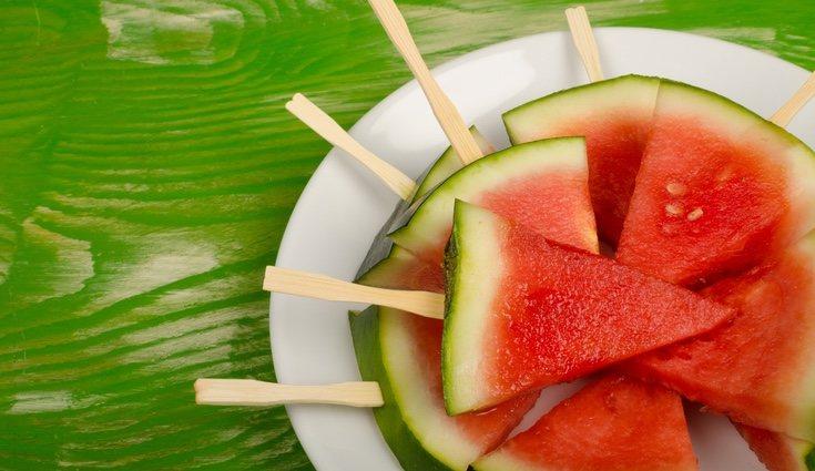 Para comer sandía podemos cortarla en triángulos meterla al congelador y será como si comemos polos de sandía