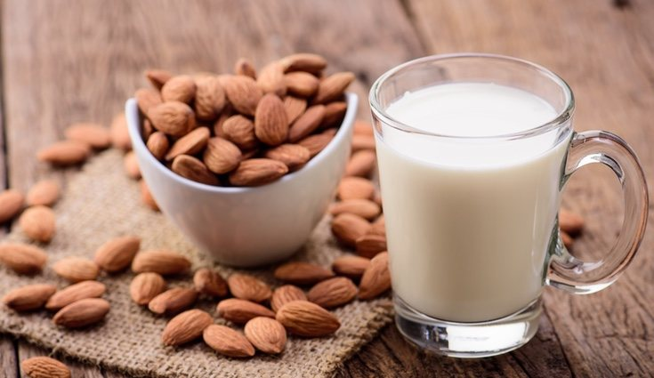 La leche de almendras es una alternativa a la leche de vaca