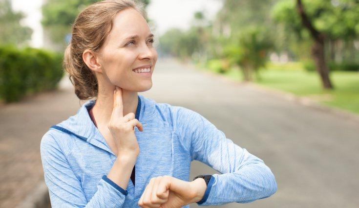 Con los dedos índice y corazón también puedes medirte el pulso cardíaco en el cuello
