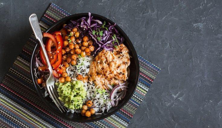 Los garbanzos son un alimento que puedes introducir a las ensaladas