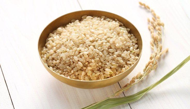 El arroz integral se digiere más lentamente por lo que sacia más