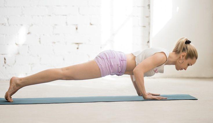 El ejercicio de planchas abdominales es perfecto para tonificar el abdomen