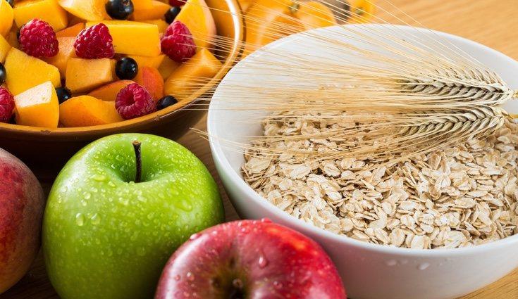 La mejor opción es comer arroz o pasta integral por su contenido en fibra