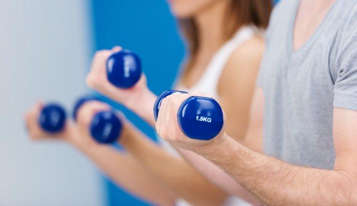 Para notificar los brazos puedes realizar ejercicios con tu propio cuerpo o ejercicios donde utilizas material deportivo