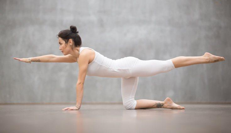 El yoga, el tai chi y pilates son buenas formas para fortalecer el equilibrio de la espalda