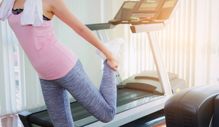 Realiza un pequeño estiramiento antes d comenzar los ejercicios de piernas