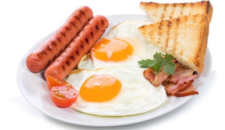 Las calorías aumentan si se añaden salchichas para acompañar al huevo frito