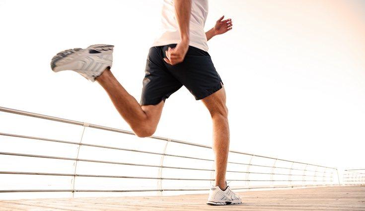 Hacer un sprint corriendo es un excelente ejercicio de cardio
