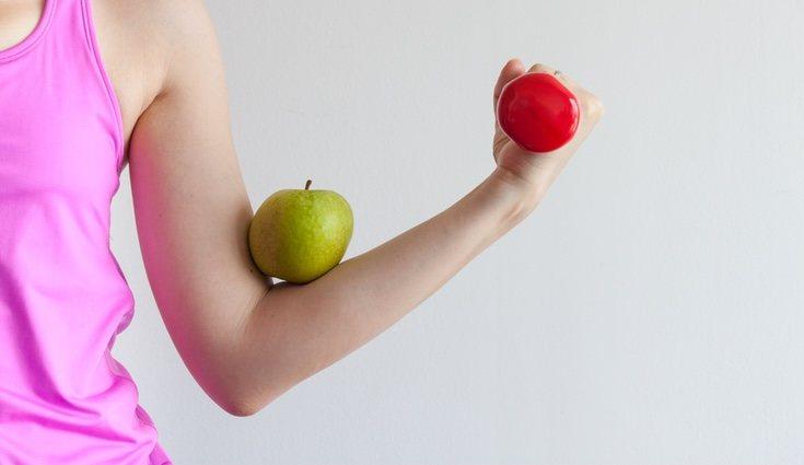 Lo ideal para es llevar una dieta equilibrada combinada con ejercicio físico