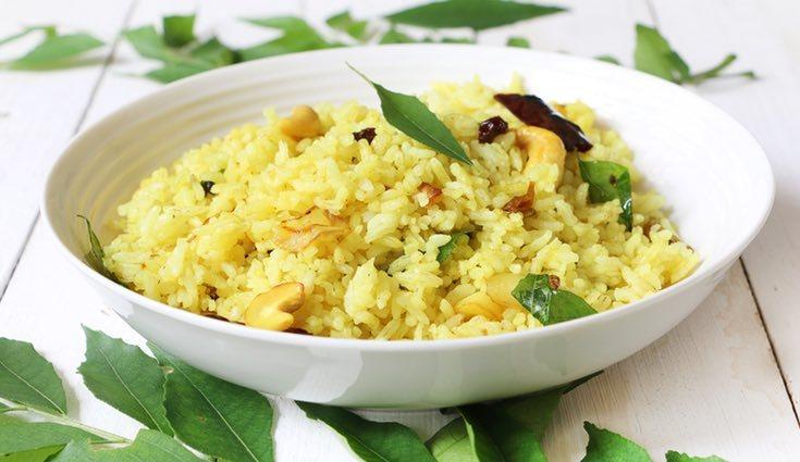 Opta por condimentar tu arroz con especias o verduras en lugar de salsas