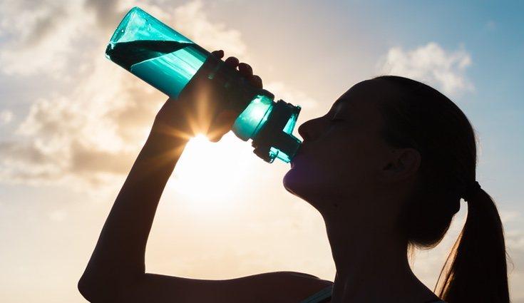 Es fundamental permanecer hidratardos antes, durante y después de la práctica del ejercicio