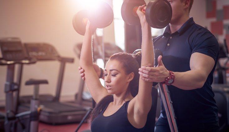 El peso de la mancuerna deberá de ser adecuado a la fuerza de la persona que realice el ejercicio
