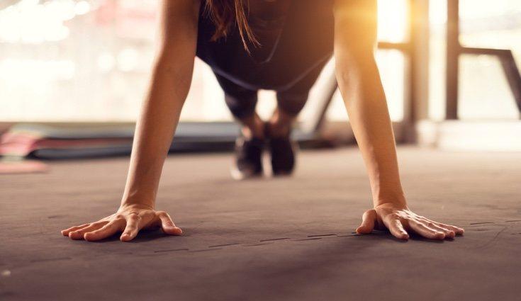 Estos ejercicios son los más sencillos de realizar pues no necesitas ningún peso más que tu propio cuerpo