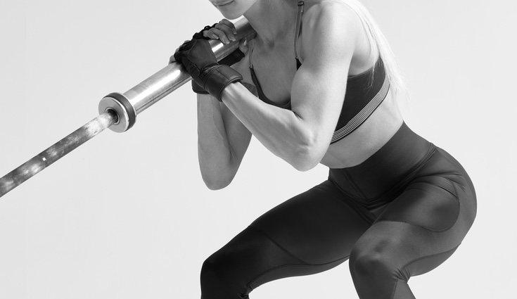 Con la barra se pueden realizar diferentes combinaciones de ejercicios para fortalecer los brazos y otras partes del cuerpo