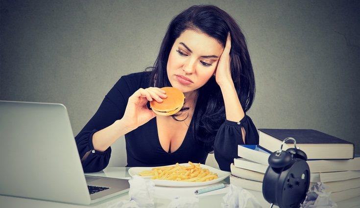 Tener una mala alimentación y una vida sedentaria provoca retención de líquidos