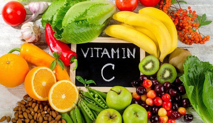 La vitamina C previene de sufrir la enfermedad llamada escorbuto, además de los típicos catarros