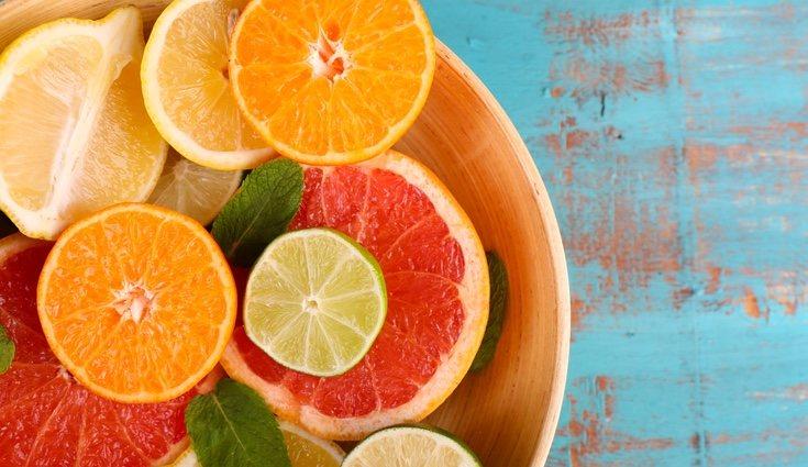 Alimentos como el pomelo, la mandarina o la lima también contienen vitamina C